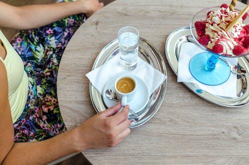 Бесплатное стоковое фото с в помещении, вкусный, вода, деревянный стол