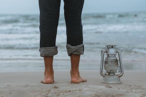 Foto profissional grátis de abajur, água, areia, beira-mar