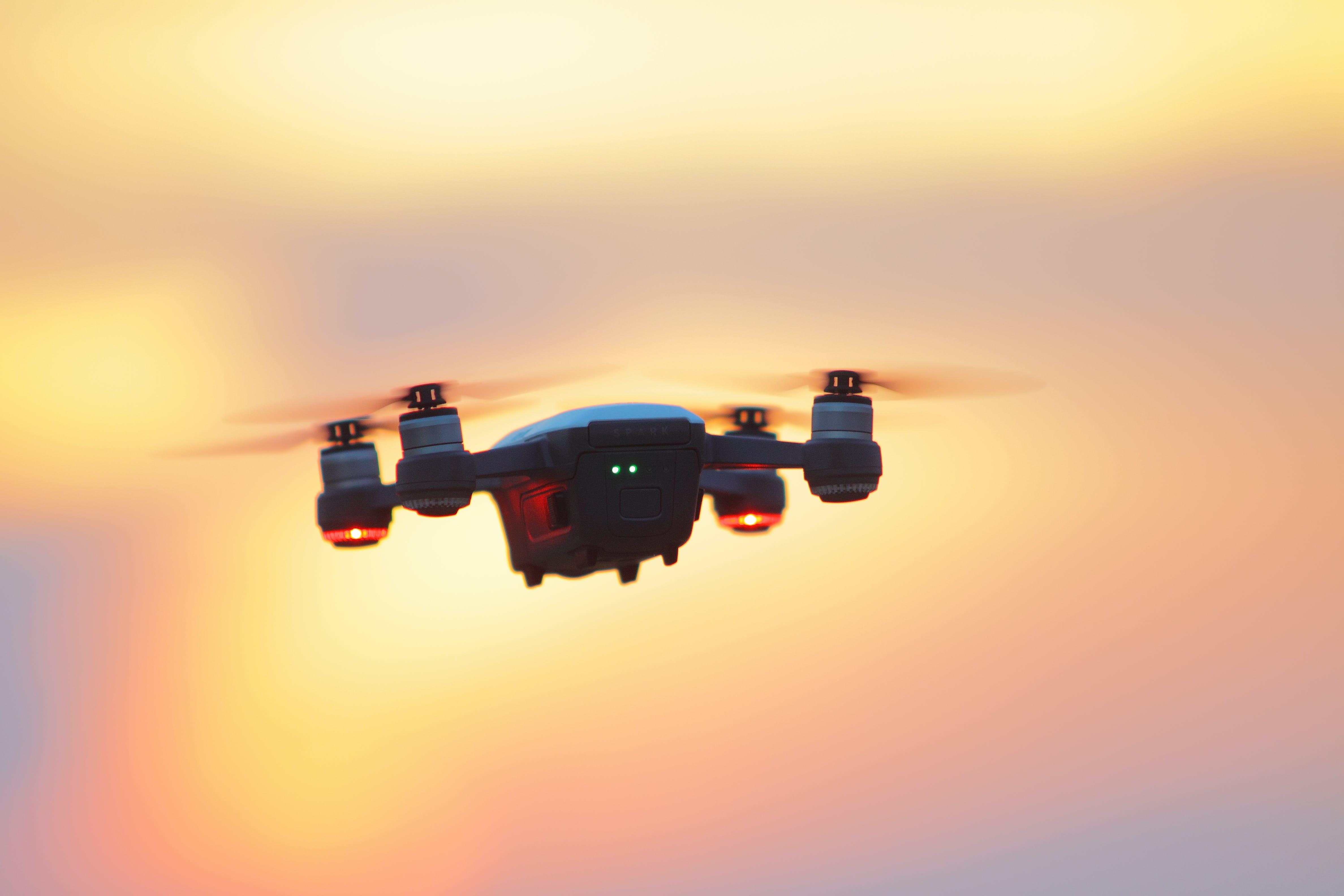 Kostnadsfri bild av bakgrundsbelyst, Drönare, flyg, grej