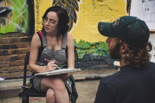 Безкоштовне стокове фото на тему «відпочинок, Вулиця, графіті, Дівчина»