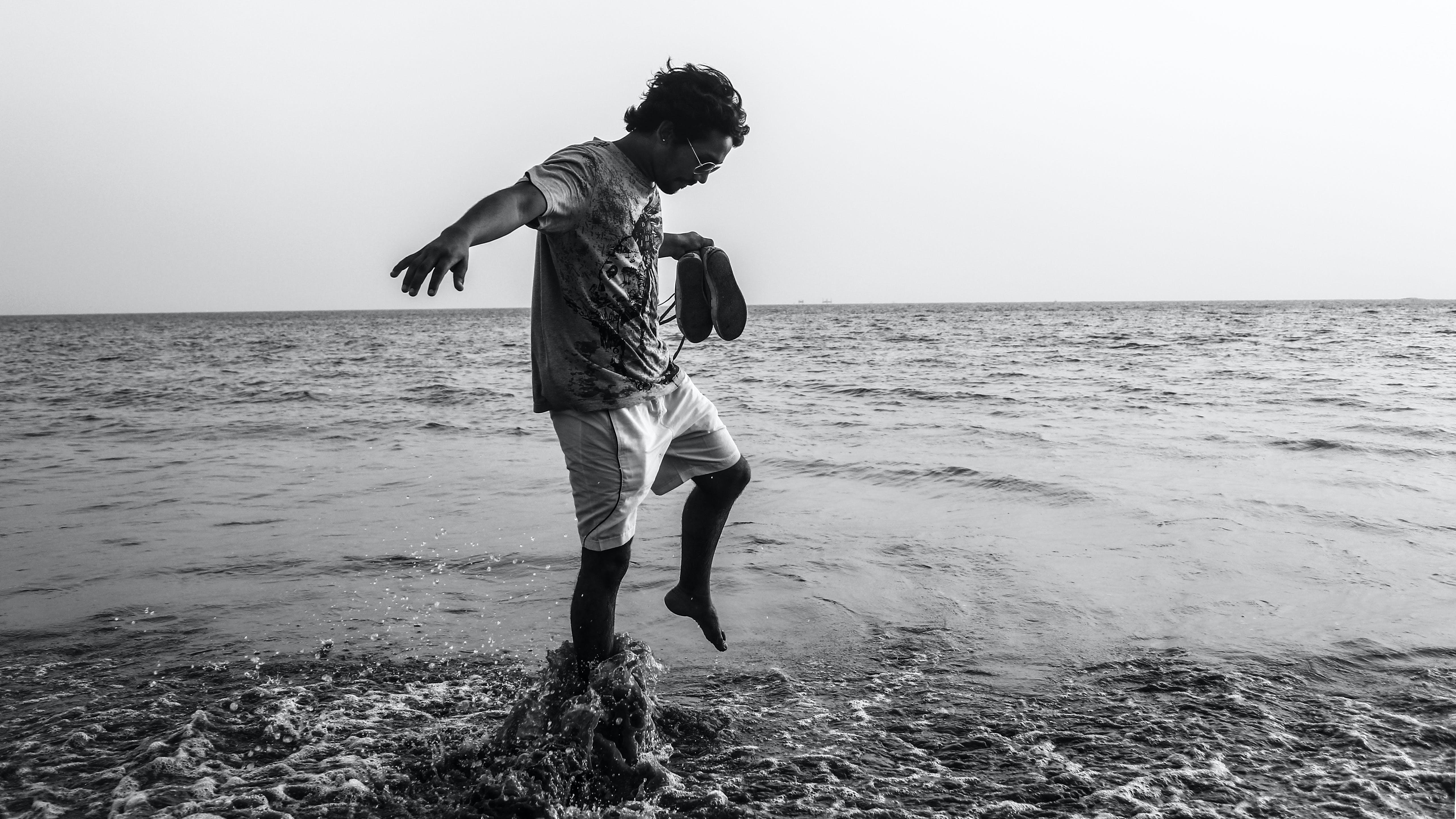Foto d'estoc gratuïta de aigua, blanc i negre, esbarjo, estiu