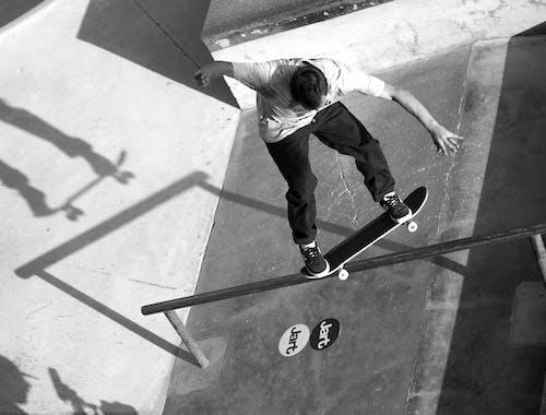 Foto d'estoc gratuïta de blanc i negre, llum i ombra, monopatí, patinadors de monopatí