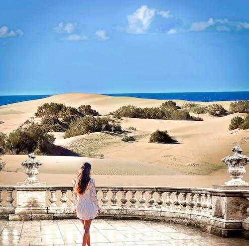 Ilmainen kuvapankkikuva tunnisteilla hiekkadyynit, meri, tyttö
