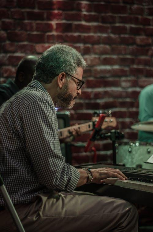Foto stok gratis kocak, manusia piano, piano, teclado