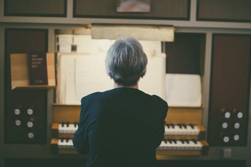 Rückansicht Der Frau, Die Orgel Spielt