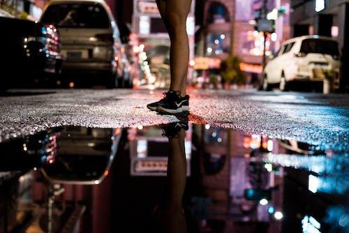 akşam, arabalar, bacaklar, binalar içeren Ücretsiz stok fotoğraf