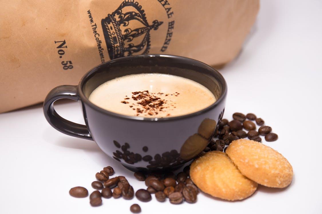 Kostenloses Stock Foto zu becher, cappuccino, cookies
