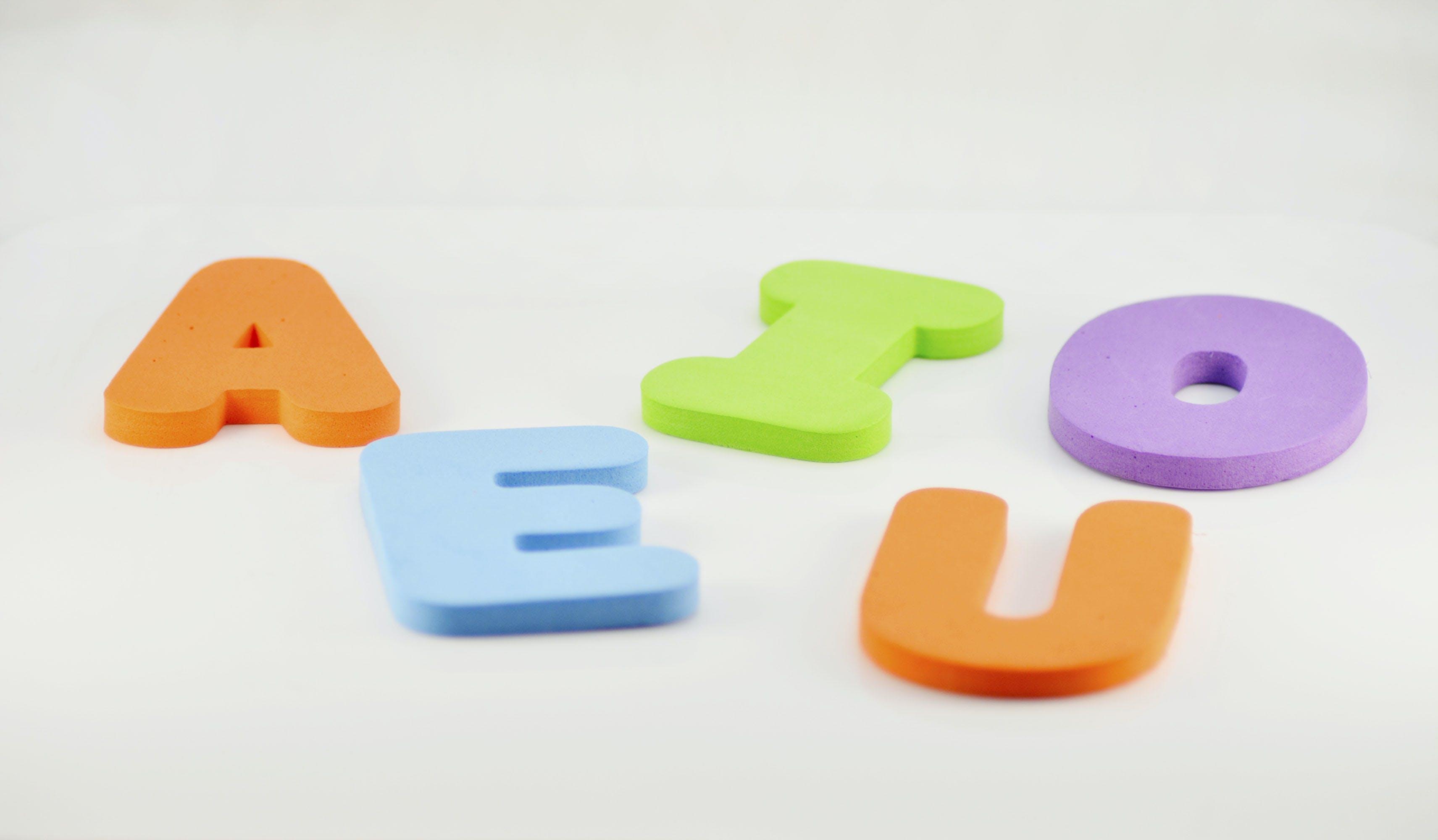 Gratis lagerfoto af abcs, aeiou, farve bogstaver, hvid baggrund