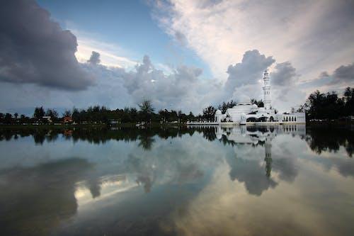 Kostnadsfri bild av byggnad, himmel, moln, reflektion