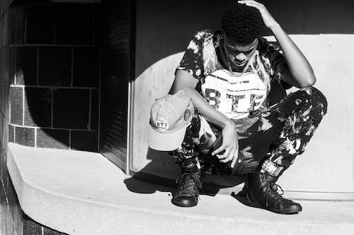 Darmowe zdjęcie z galerii z czarno-biały, mężczyzna, nosić, obuwie