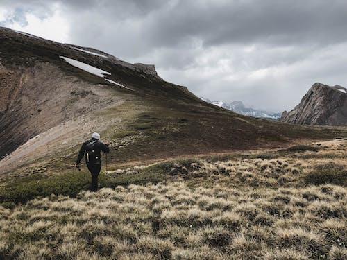 Δωρεάν στοκ φωτογραφιών με άνδρας, βουνά, βράχια, γρασίδι