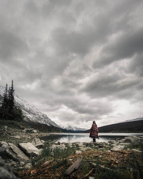 Gratis lagerfoto af bjerg, flod, landskab, mørke skyer