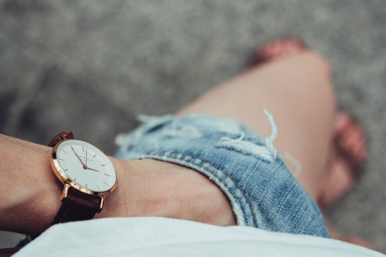 Kostenloses Stock Foto zu armbanduhr, draußen, erwachsener, fokus