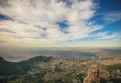青い空の下の都市の航空写真