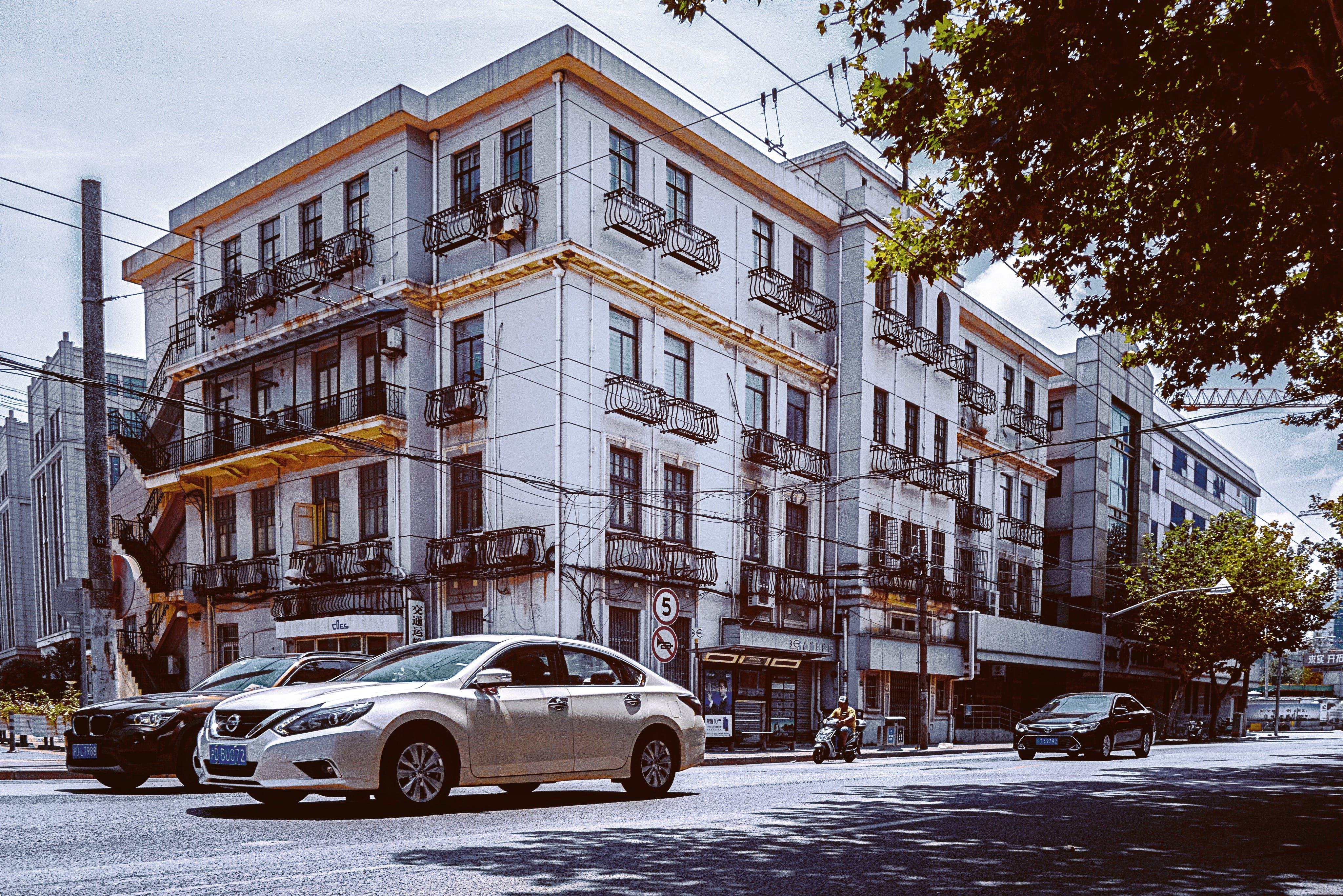 arabalar, bina, kasaba, Kent içeren Ücretsiz stok fotoğraf