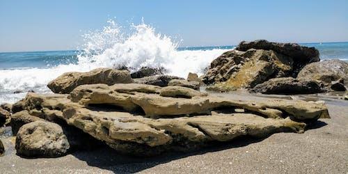 Безкоштовне стокове фото на тему «блакитне небо, камені, махати, океан»