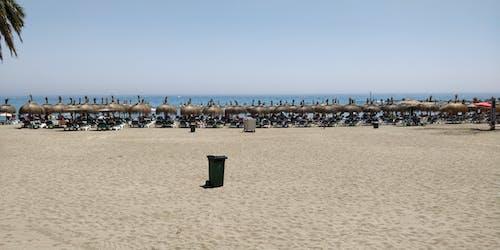 地中海, 晴朗的天空, 沙灘, 沙灘椅 的 免费素材照片