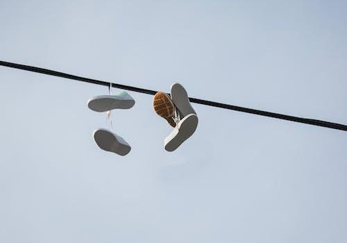 คลังภาพถ่ายฟรี ของ กลางวัน, ภาพถ่าย, รองเท้าผ้าใบ, สายเคเบิล