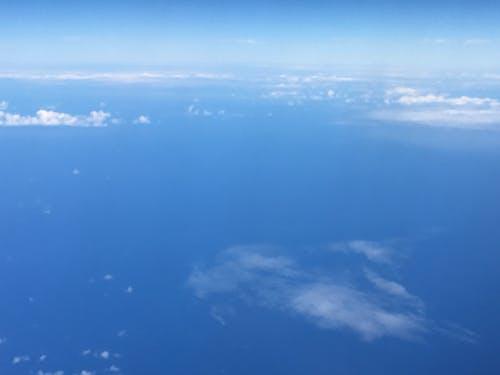 Gratis lagerfoto af blå himmel, flyvemaskine, skyer, stillehavet