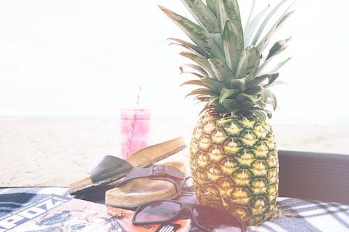 Kostenloses Stock Foto zu ananas, birkenstock, decke, essen