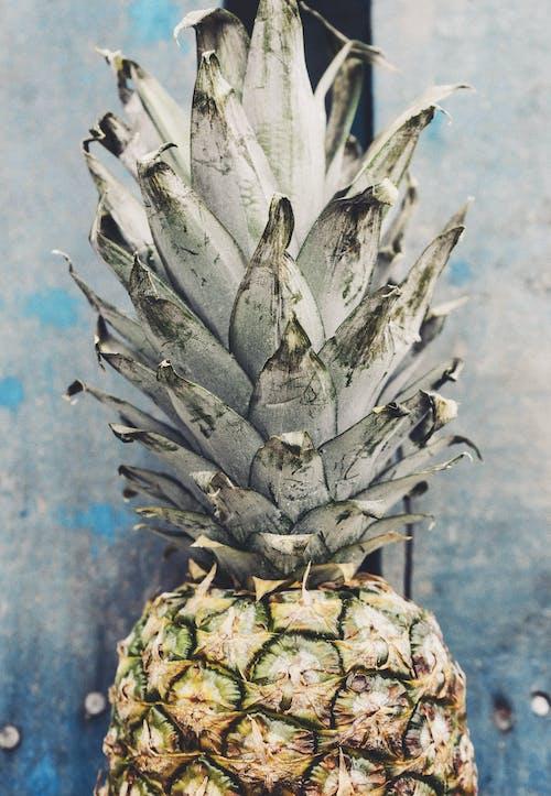Fotobanka sbezplatnými fotkami na tému ananás, chutný, detailný záber, drevené dosky