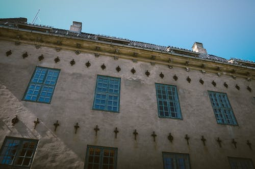 Gratis stockfoto met architectuur, blauw, blauwe lucht, blauwe ramen