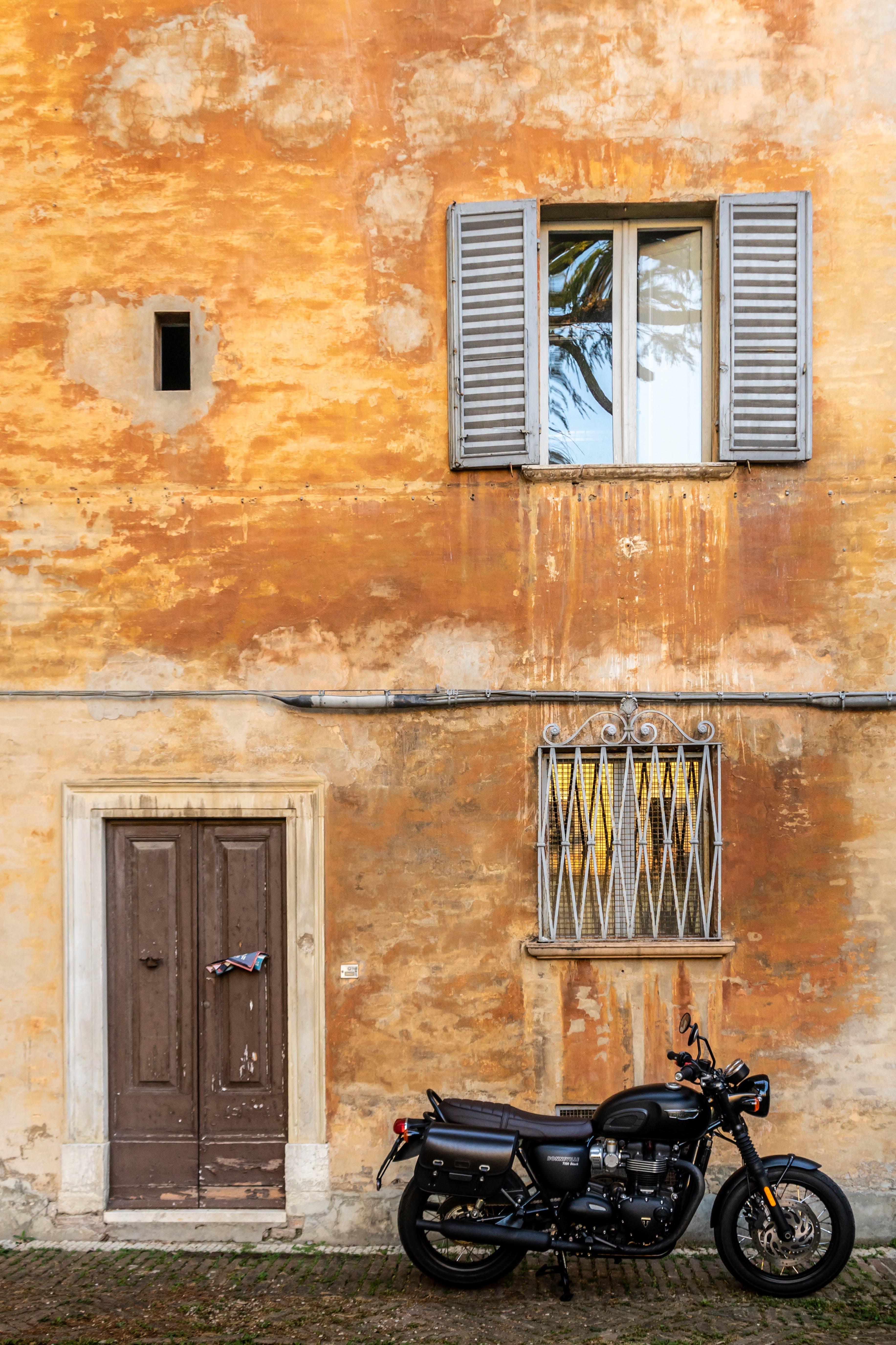 Gratis stockfoto met architectuur, binnenkomst, buitenkant, cafe racer