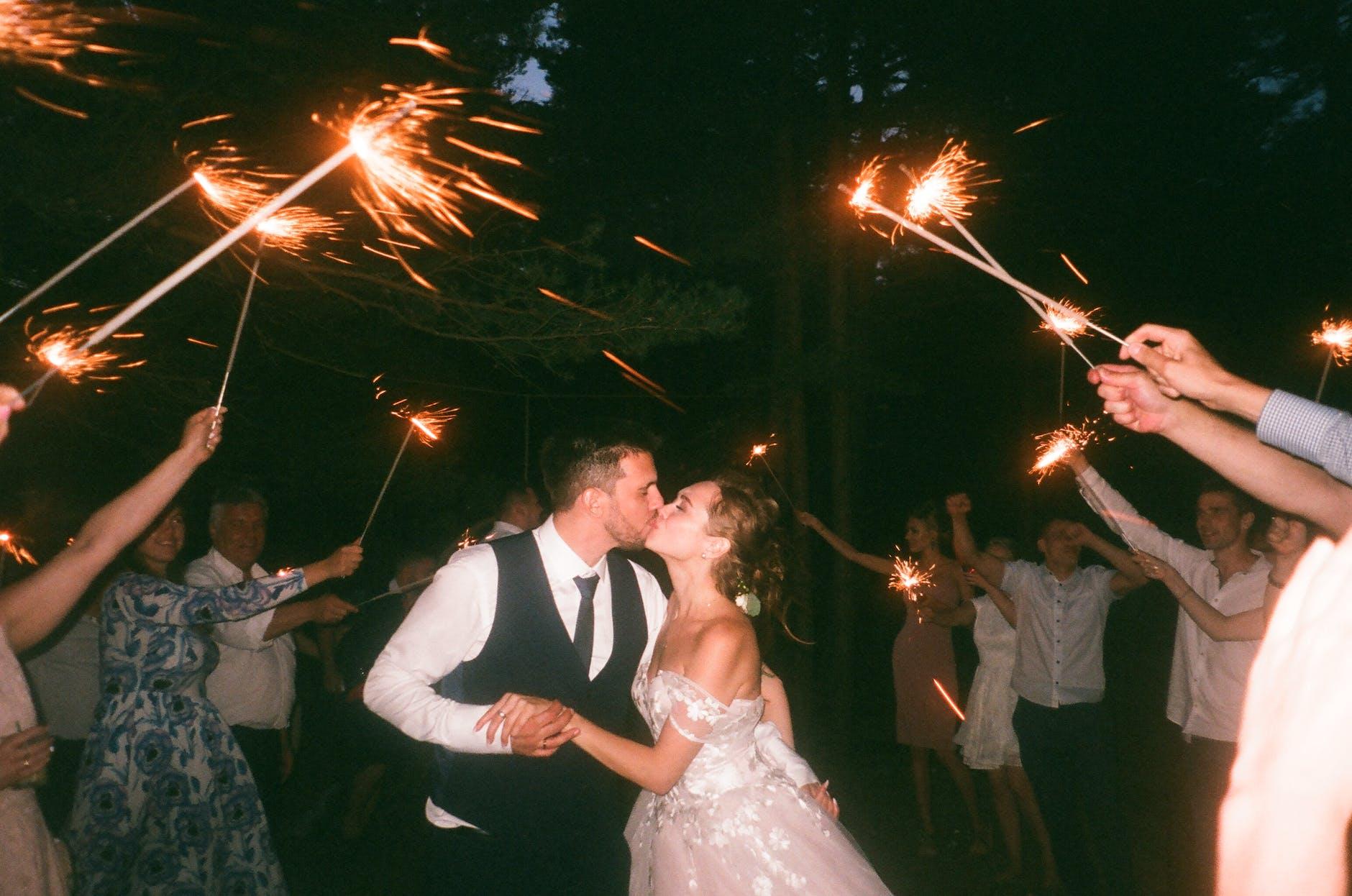 Wedding Party dalam Tips Menghadiri Undangan Pernikahan di Gedung