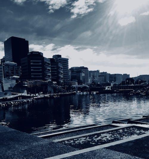 Gratis stockfoto met bewolkte lucht, cityscrapers, h2o, reflecties