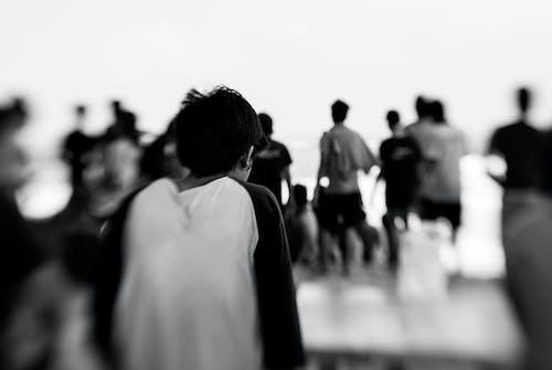 Základová fotografie zdarma na téma černobílá, chlapec, lensbaby, lidé