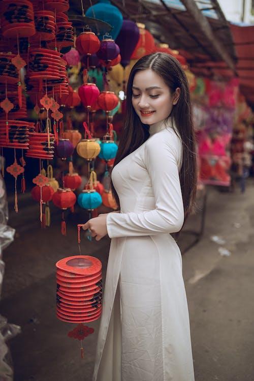 Бесплатное стоковое фото с азиатка, Азиатская девушка, белое платье, бумажные фонарики