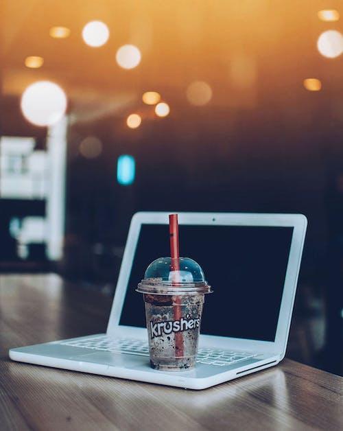 Foto profissional grátis de bebida, bebida gelada, caneca, computador portátil
