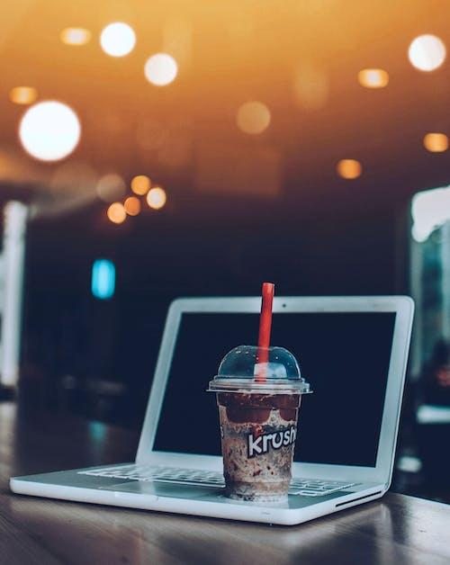 노트북, 술을 마시다, 음료, 차가운 음료의 무료 스톡 사진