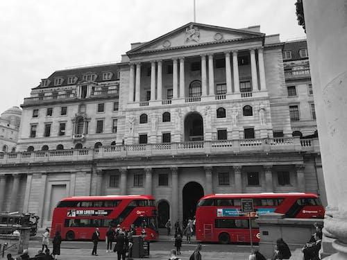 Gratis arkivbilde med røde busser