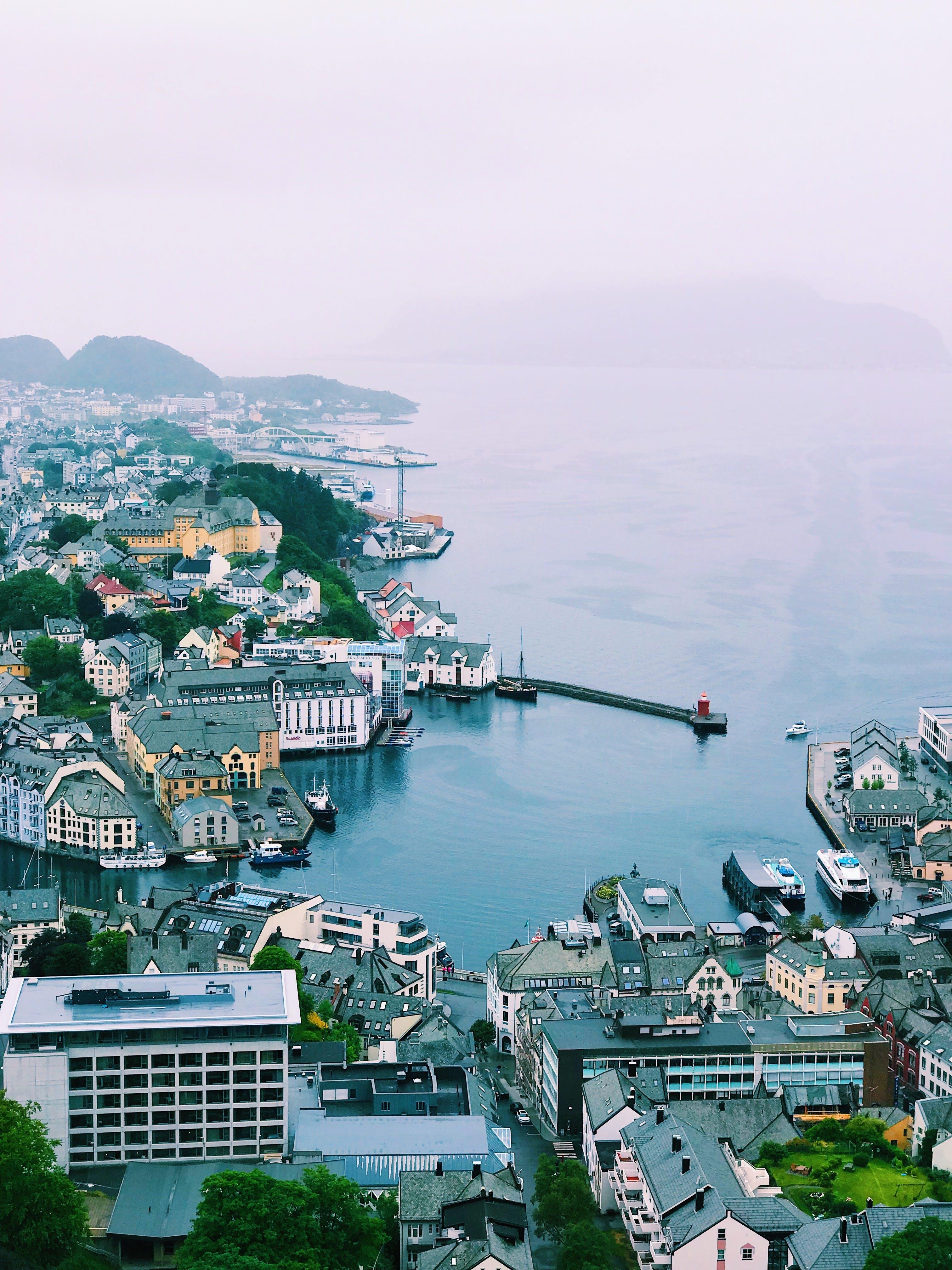 Δωρεάν στοκ φωτογραφιών με αρχιτεκτονική, αστικός, βάρκα, βουνά
