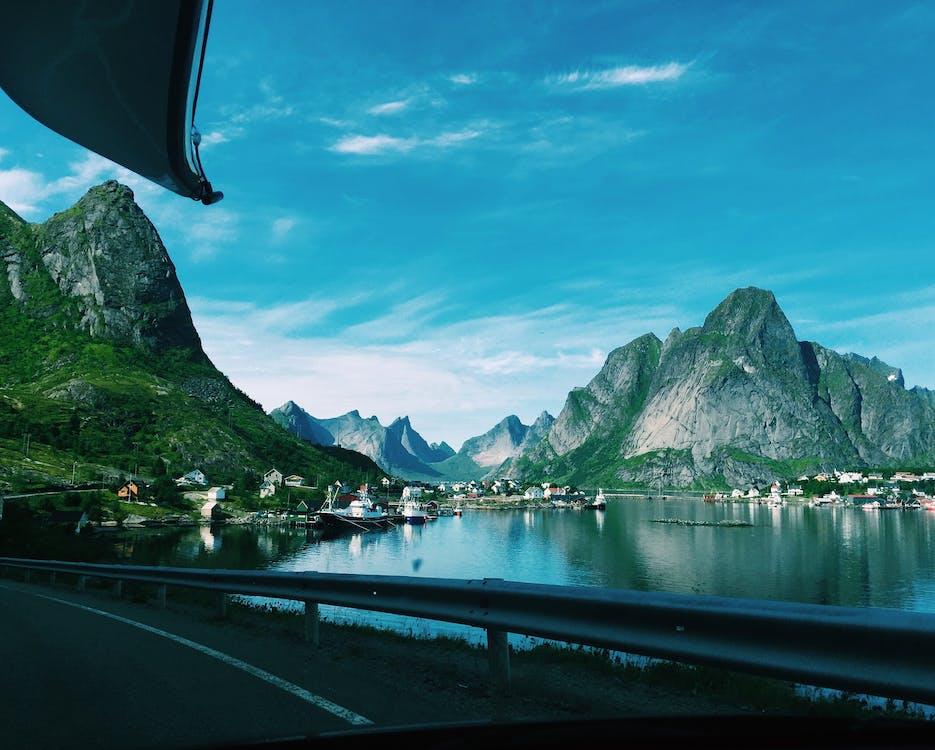 αντανάκλαση, βάρκες, βουνά