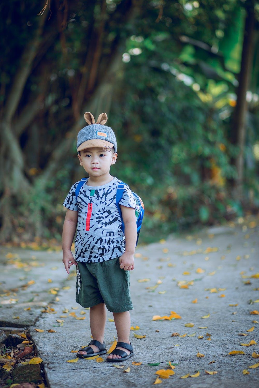 Un niño pequeño de pie. Fuente: Pexels