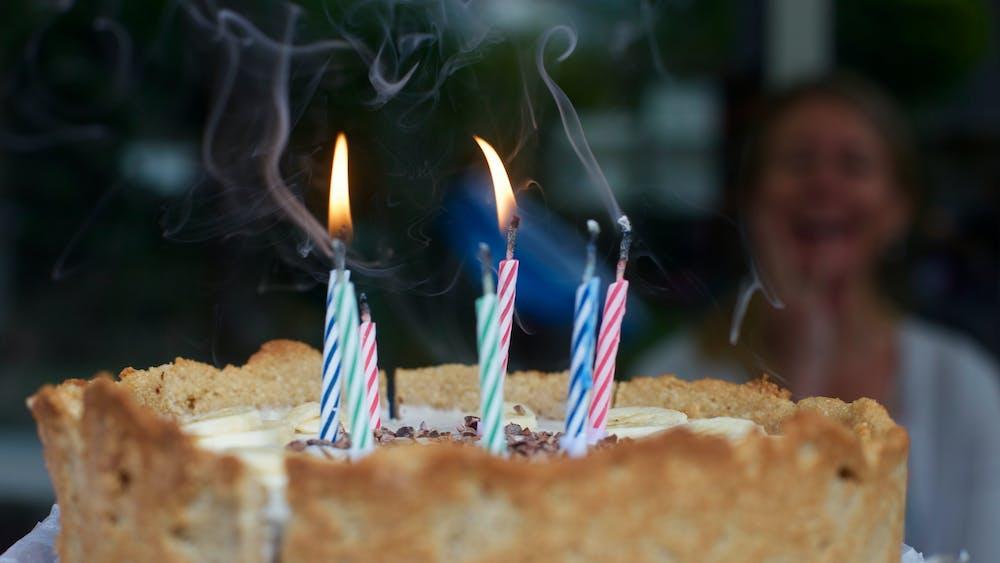 Открытка с днем рождения собака задувает свечи, человечки картинки нарисованные