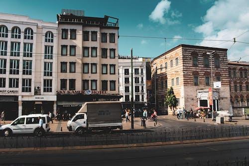 Gratis stockfoto met architectuur, auto's, daglicht, gebouwen