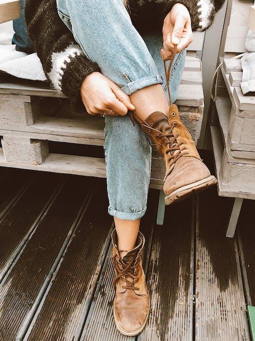 Kostenloses Stock Foto zu fashion, frau, fußbekleidung, hände