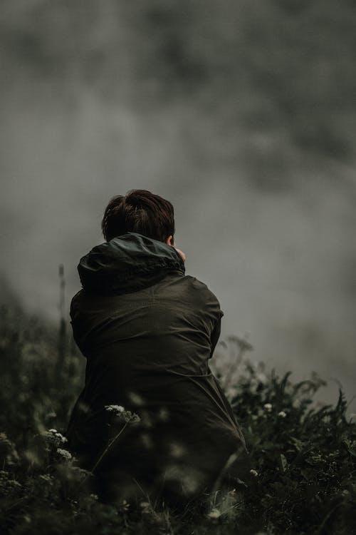 Základová fotografie zdarma na téma denní světlo, krajina, mlha, muž