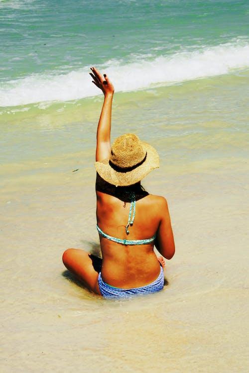 Fotos de stock gratuitas de adulto, agua, arena, bikini