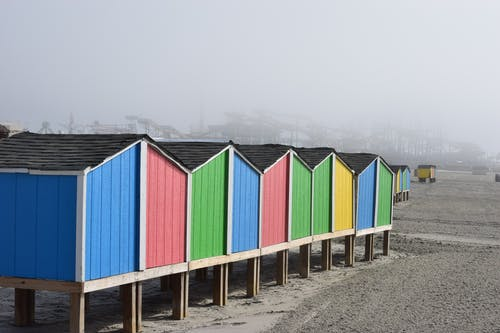 kırmızı, kulübe, mavi, plaj içeren Ücretsiz stok fotoğraf