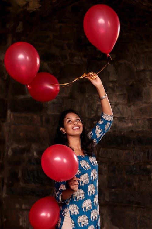 Gratis lagerfoto af balloner, close-up, farver, kvinde