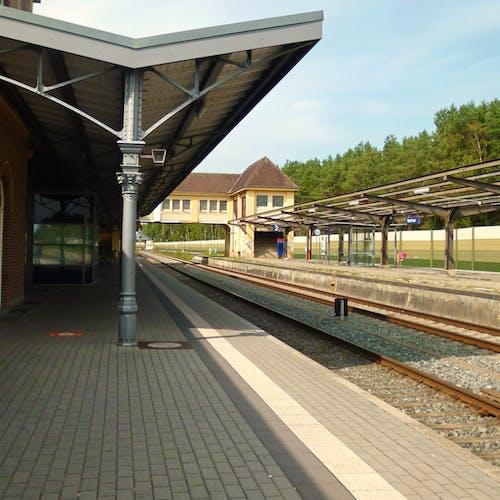 Ilmainen kuvapankkikuva tunnisteilla asemalaituri, junarata, rautatieasema