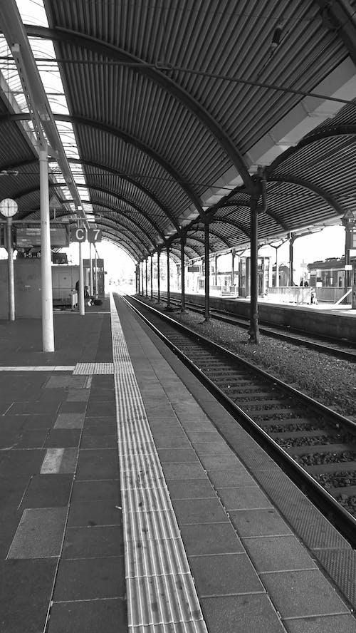 Ilmainen kuvapankkikuva tunnisteilla asemalaituri, düsseldorf, junarata, rautatieasema