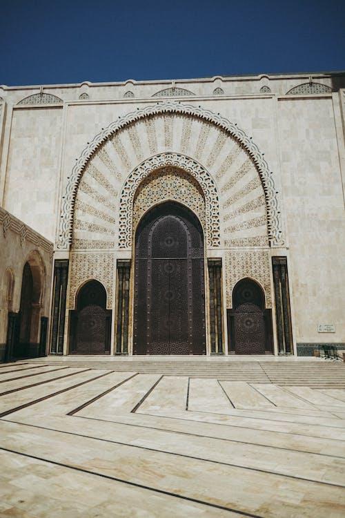 Immagine gratuita di archi, architettura, cortile, cultura