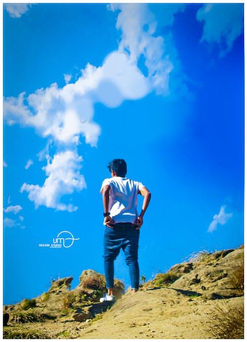 Foto profissional grátis de colina, homem, travessia, viajando