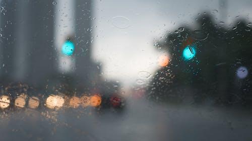 Foto profissional grátis de automóveis, chovendo, chuva, janela molhada