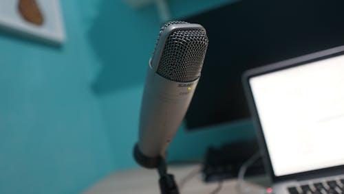 Foto d'estoc gratuïta de espai de treball, micròfon, podcast